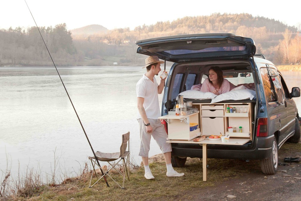 transformer sa voiture en camping car. Black Bedroom Furniture Sets. Home Design Ideas