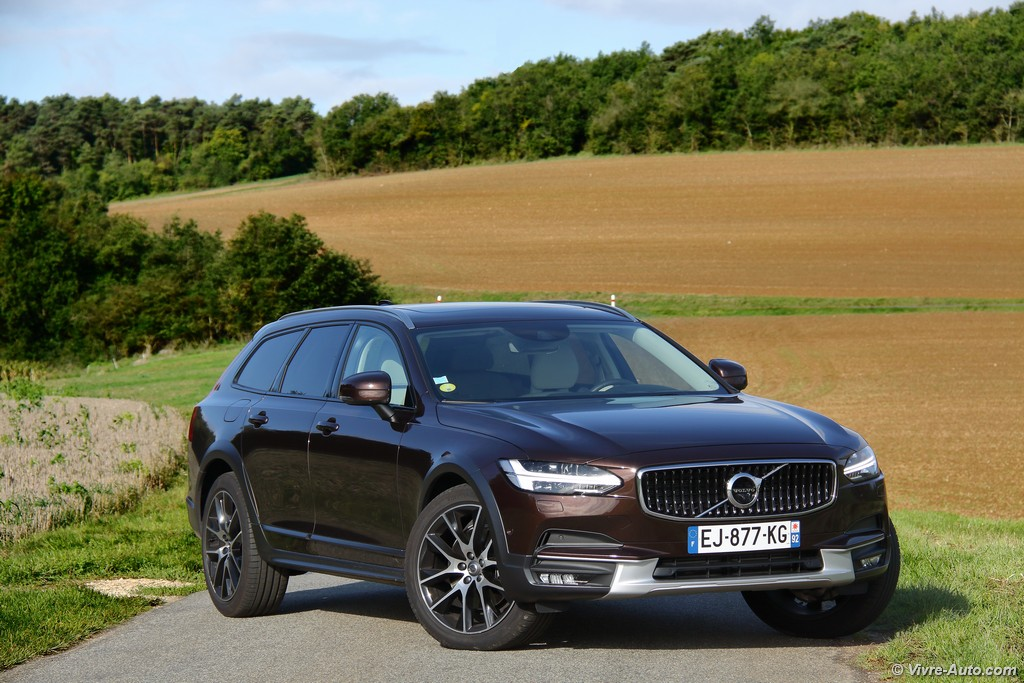 Lire l'article « Essai Volvo V90 Cross Country Luxe D5 AWD, le break de luxe tout-chemins »